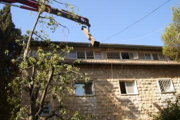 בנייה בתוך הגג – תוספת חדר משלד מתכת בתוך חלל גג הרעפים. חוות הנוער הציוני, ירושלים.