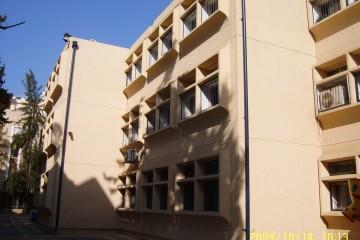 """שליכט צבעוני במגוון מבנים ציבוריים. בי""""ס אביגור, רמת גן."""