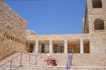 """ניקוי חול/קיטור לאבן ירושלמית. בי""""ס שיפמן, טירת הכרמל."""
